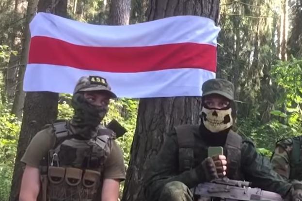 У групи вилучили біло-червоно-білий прапор, формене обмундирування з шевронами «Пагоня» та українською символікою, балаклави, бронежилети, страйкбольну й пневматичну зброю - Білоруське силовики заявили про затримання своїх «партизан» з українською символікою