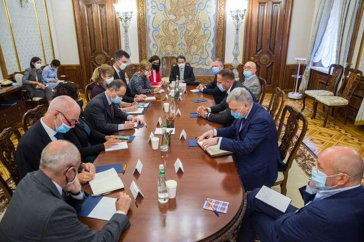 <p>Керівник Офісу президента відзначив, &laquo;що кожне досягнення, зокрема режим тиші, який тривав майже шість тижнів, стало можливим саме завдяки підтримці країн G7&raquo;</p> <p> — Єрмак розповів послам G7 про результати «нормандських переговорів» у Берліні»></p></div> <div class=