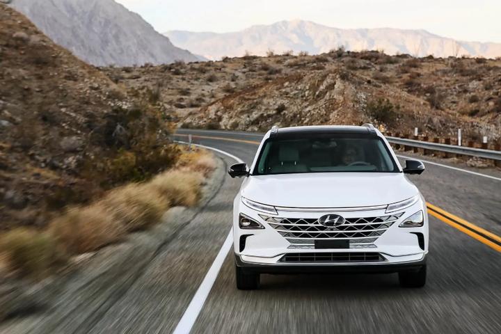 <p>Позашляховик на паливних елементах Hyundai NEXO</p> <p>&nbsp;</p> <p> — Hyundai збільшує продажі своїх водневих автомобілів в Каліфорнії»></p></div> <div class=