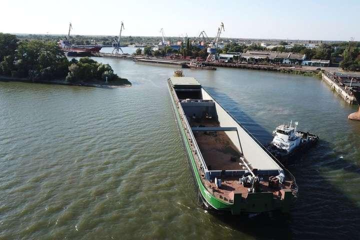 <p>Довжина баржі типу ріка-море 127,6 м, і це найбільша баржа, побудована за роки незалежної України</p> <p> — В Ізмаїлі спустили на воду найбільшу баржу в Україні (фото)»></p></div> <div class=
