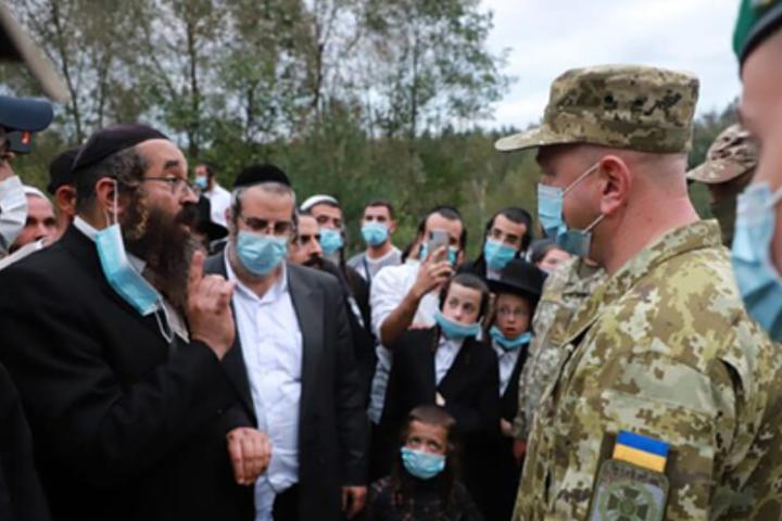 Держприкордонслужба повідомила, що поки контролює ситуацію на кордоні, однак стягує резерви через прибуття до Мінська ще трьох чартерів з приблизно 600 паломниками - Хасидів, які застрягли на кордоні України, нагодували кошерною їжею