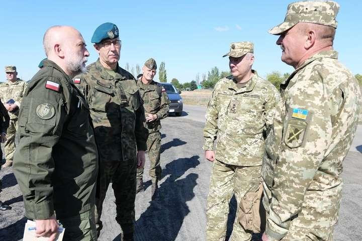 Під час візиту командувач Об'єднаних сил ЗСУ генерал-лейтенант Сергій Наєв ознайомив польську делегацію з поточною безпековою та оперативною ситуацією - Військова делегація Польщі відвідала зону операції Об'єднаних сил