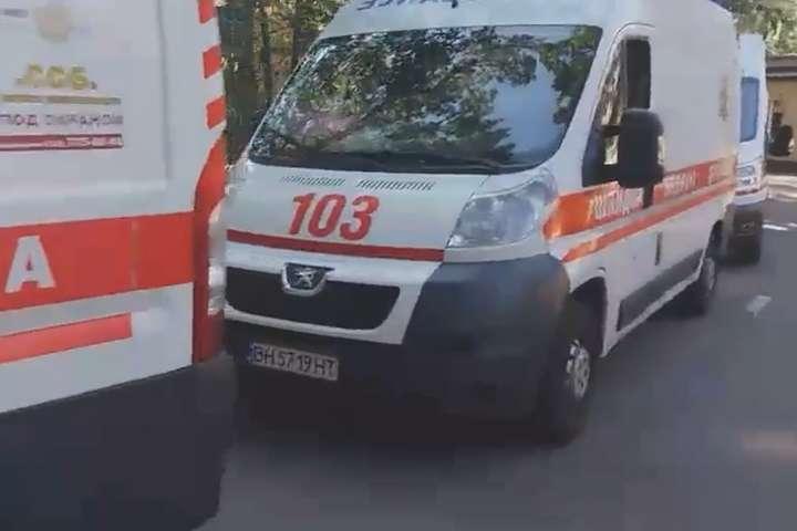 Черга машин швидкої допомоги біля опорних лікарень Одеси - Біля «коронавірусних» лікарень Одеси величезні черги швидких (відео)