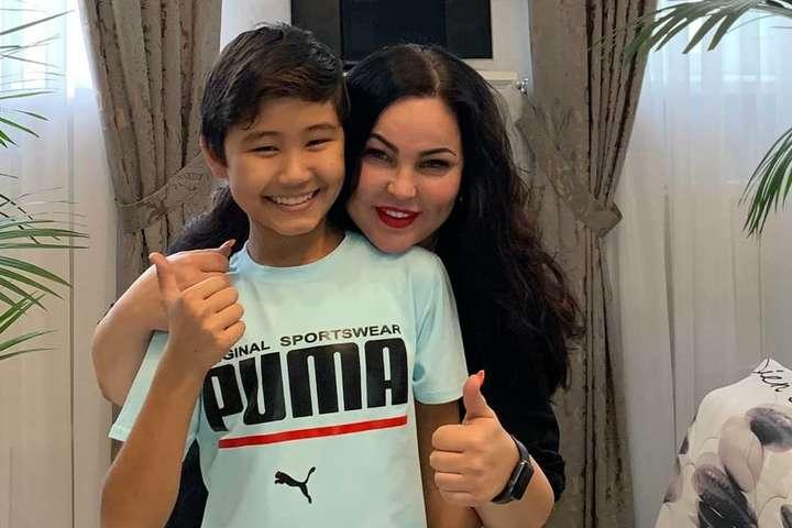 13-летний Арулат Мухаметкали с мамой - Школьнику пришлось стать маникюрщиком, чтобы спасти парализованного брата