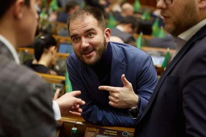 <p>Народний депутат Олександр Юрченко&nbsp;потрапив у корупційний скандал</p> <p> — Арахамія заявив, що скандальний «слуга» Юрченко має скласти мандат»></p></div> <div class=