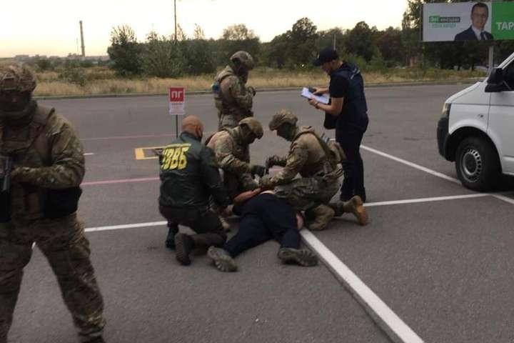 На кордоні українець намагався організувати оборудку з пропуску громадян до РФ