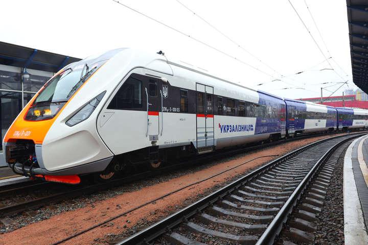 Тривагонний дизель-потяг більше не курсує до аеропорту «Бориспіль» - Kyiv Boryspil Express залишився без тривагонного потягу: пасажиропотік упав