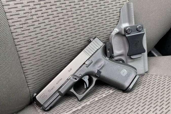 Напівавтоматичний пістолет в кобурі був виявлений технічним працівником на сидінні в салоні літака - Охоронець глави МЗС Британії забув пістолет у літаку