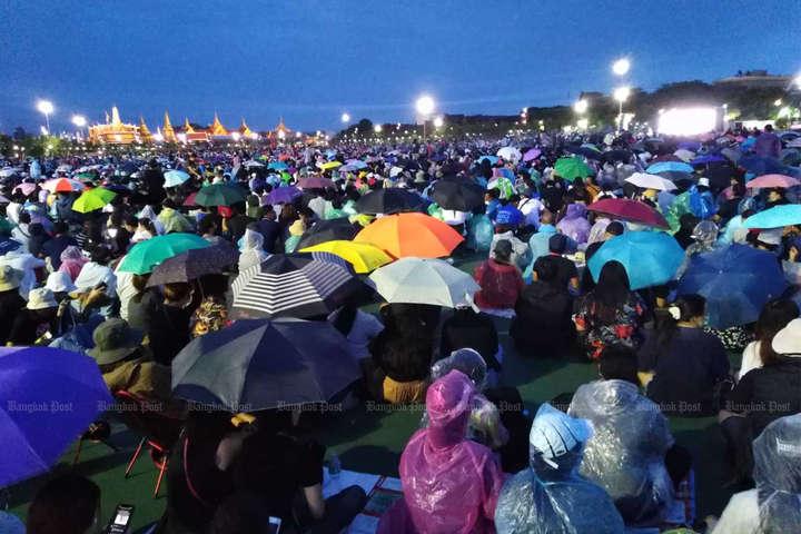 Люди зібралися під проливним дощем у кампусі університету Таммасат - У Таїланді десятки тисяч людей вимагали відставки уряду
