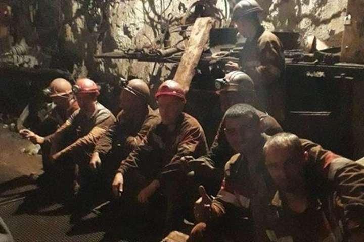 pСтрайкуючі шахтарі в Кривому Розі/p - Страйк у Кривому Розі: півтори сотні шахтарів вже 18 днів під землею