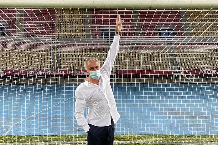 Моурінью спробував виміряти висоту воріт перед грою Ліги Європи - На прохання Моурінью: представники УЄФА замінили ворота перед грою Ліги Європи