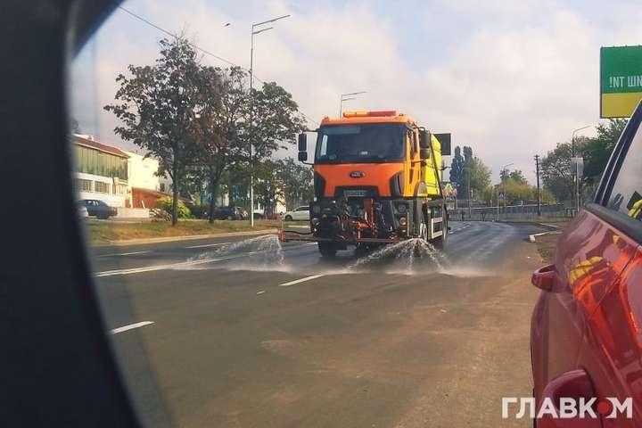 Вранці 4 жовтняу столиці були помічені машини, які обробляли вулиці дезінфікуючими засобами — Комунальники показали, як столичні дороги помили шампунем (відео)