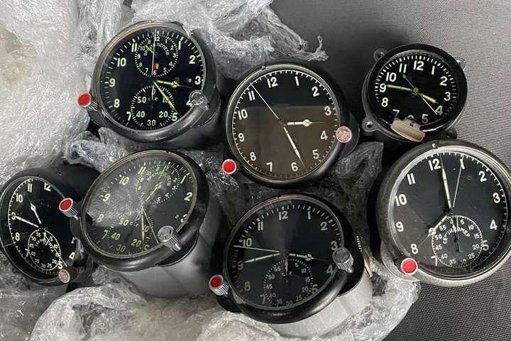 <p>Житель Чернівецької області намагався приховано переправити в одну з європейських країн сім годинників, які використовуються у військовій авіації</p> — Українець намагався вивезти до Румунії комплектуючі до військових літаків