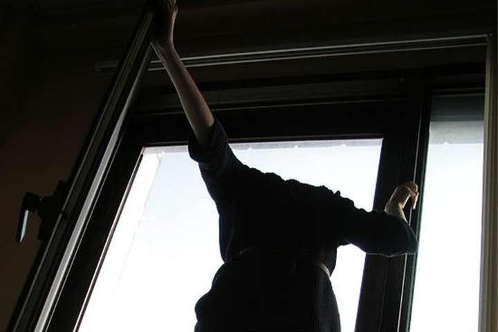 Із багатоповерхівки в Києві вистрибнула 15-річна дівчина