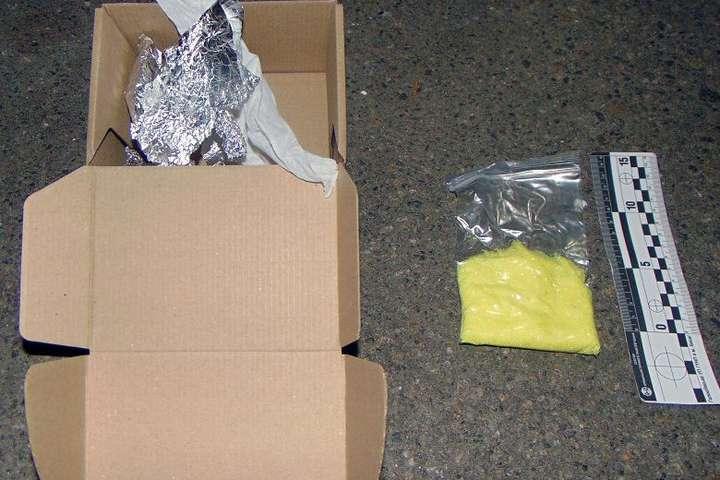 У відділенні пошти в Києві чоловік отримав посилку з прекурсорами (фото)