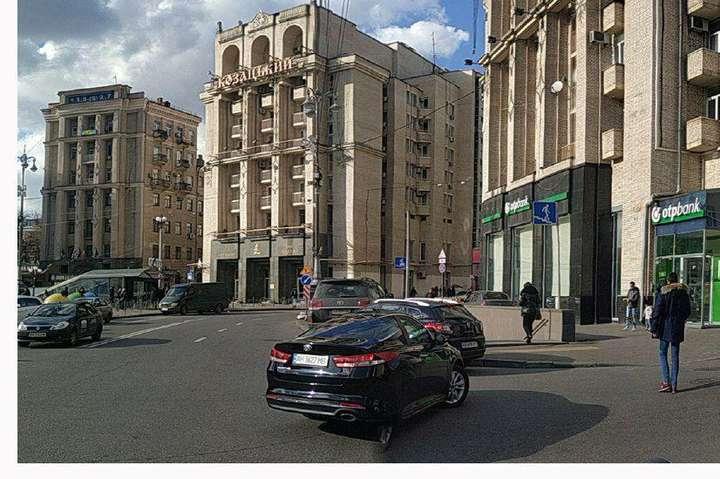 Альпіністи повністю очистили будівлі на Майдані від реклами (фото)