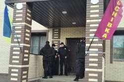 Фото: — Правоохоронці проводять на фейковій ДВК слідчі дії