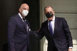 Фото: — <span>У соціальних мережах підняли на сміх главу МЗС Росії Сергія Лаврова, який дивно надів медичну маску під час візиту до Греції</span>