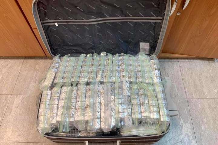 У «Борисполі» митники виявили повну валізу заборонених препаратів (фото, відео)
