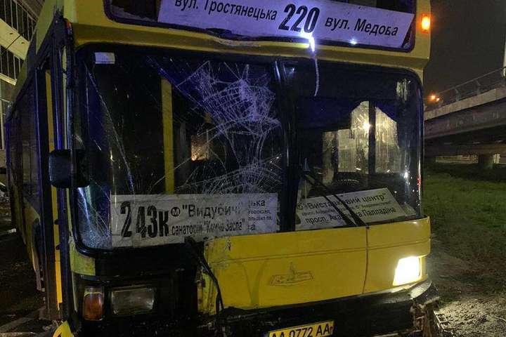 spanВодій автобуса виїхав на пішохідну зону біля зупинки і зніс МАФ/span - Оголошено підозру водію автобуса, що скоїв смертельне ДТП на Видубичах