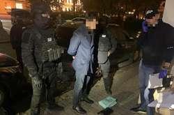 Фото: — Правоохоронці затримали чоловіка під час отримання першої частини хабаря в розмірі $100 тисяч