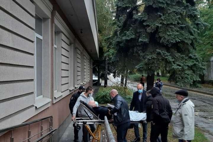 Підозрюваного у скоєнні смертельного ДТП привезла в суд швидка — Смертельне ДТП на Майдані: підозрюваного занесли в суд на ношах (фото)