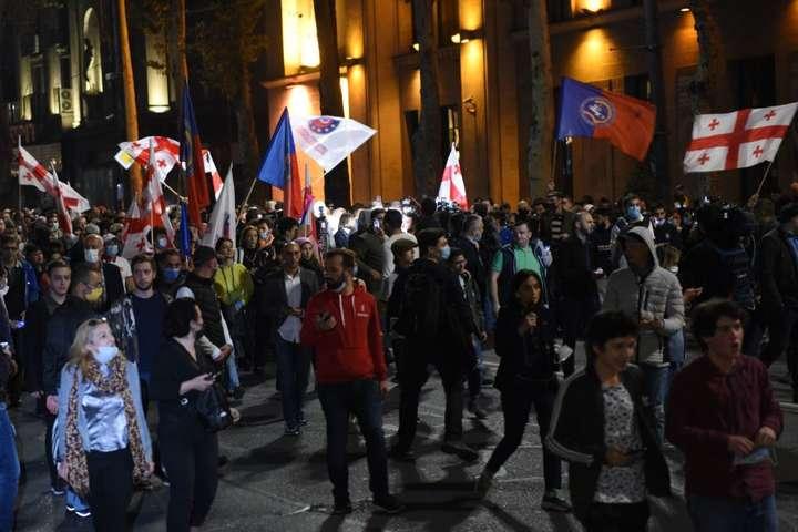 <p>За словами представників опозиції, вони будуть перебувати перед будівлею законодавчого органу всю ніч</p> — Протестувальники встановили біля парламенту Грузії намети