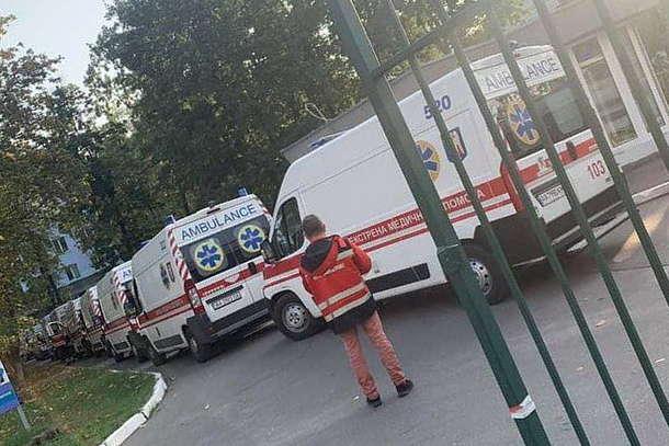 <p>Черга «швидких» у столичну лікарню</p> — Covid-19 і Україна. П'ять поганих новин від аналітиків
