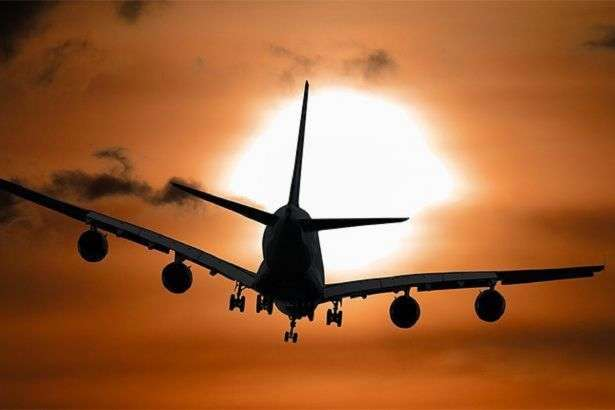Під час набору висоти на літак налетіла зграя великих птахів, імовірно, це були гуси або качки — У Казахстані екстрено сів пасажирський літак після зіткнення зі зграєю птахів