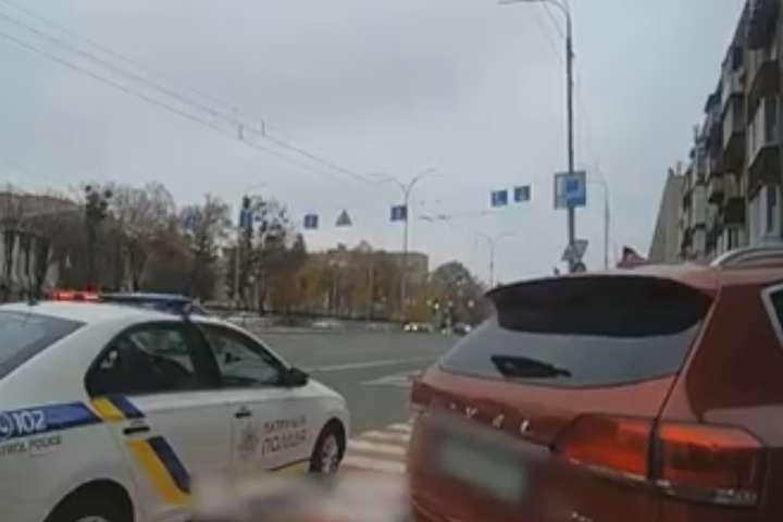 На бульварі Лесі Українки в авто жінка народила немовля — Жінка народила немовля в автомобілі в центрі Києва