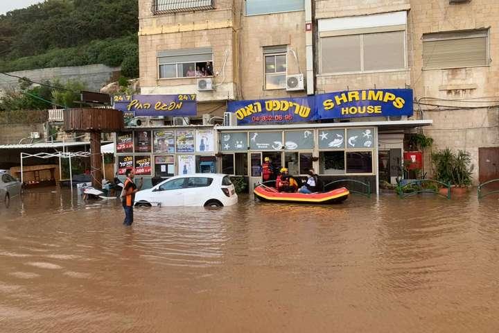 pЧерез спричинені опадами повені поліції довелося навіть тимчасово перекривати деякі автошляхи/p - Потужні зливи в Ізраїлі призвели до повеней