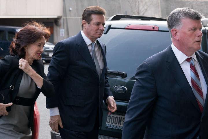 Пол Манафорт (у центрі) був засуджений за податкове та банківське шахрайство — Трамп може помилувати Пола Манафорта – CNN