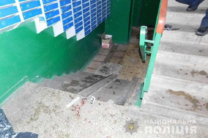 Злочин стався на першому поверсі будинку - На Троєщині в під'їзді будинку сталася різанина (фото)