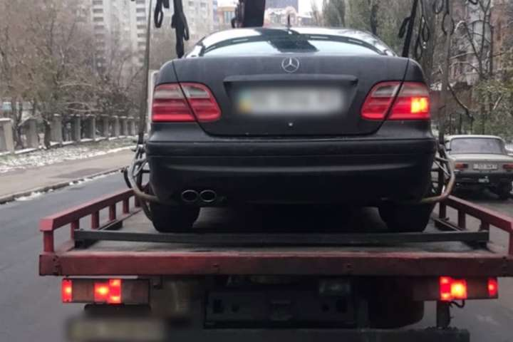 Автомобіль порушника евакуювали на штрафмайданчик - Тікаючи від поліції, п'яний водій Mercedes влаштував ДТП (відео)