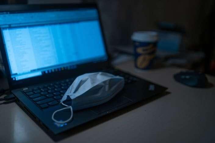 Показники про стан здоров'я людини з датчиків маски передаються на гаджети — У Дніпрі школярі розробили маску, що виявляє ГРВІ та Covid-19
