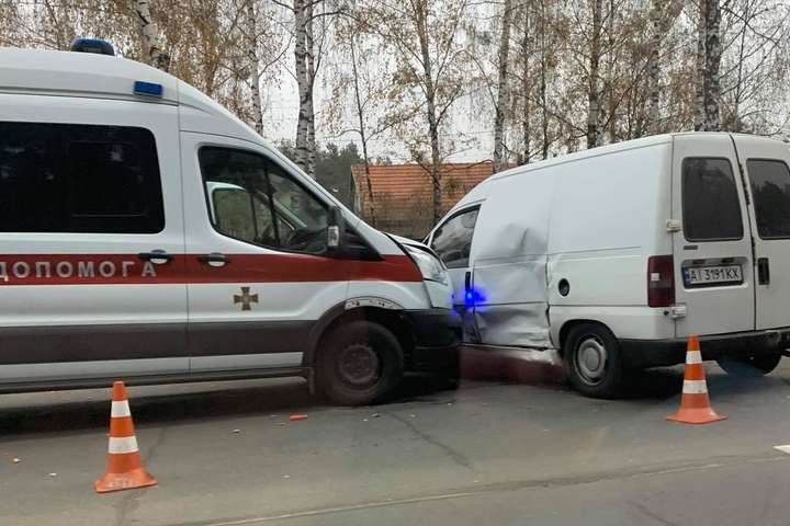 <p>«Швидка» вдарила Fiat у бік</p> — Під Києвом «швидка» військових протаранила Fiat (фото)
