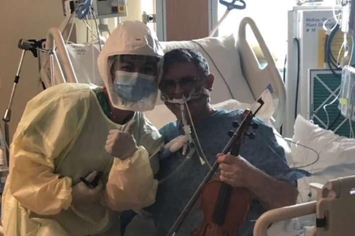 Подключенный к аппарату вентиляции легких учитель музыки отблагодарил врачей игрой на скрипке