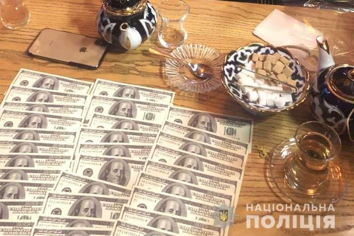 Зловмисників затримали в ресторані під час отримання коштів — У Києві затримали групу осіб за вимагання $14 тис. «боргу» (фото)