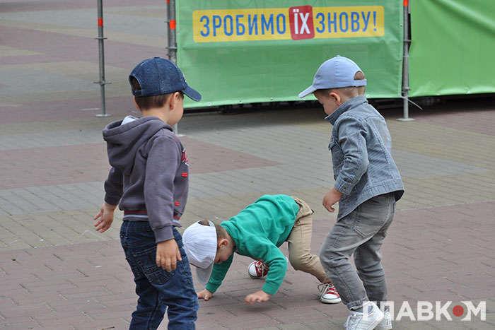 Діти бавляться на майданчику біля кінотеатру імені Тараса Шевченка у Хмельницькому — «Зробимо їх разом». Як «слуги народу» програли Хмельницьку облраду дружині депутата