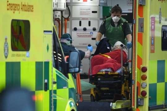 <p>Пацієнта привезли на кареті швидкої допомоги до Королівської лікарні Лондона</p> — У Лондоні поліцейських садять за кермо «швидких» через збільшення захворюваності