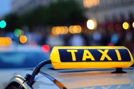 Автомобіль таксі з тілом водія виявили на Троєщині — У Києві водій таксі помер за кермом автомобіля (фото)