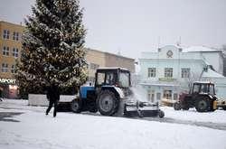 Фото: — В Ужгороді посилено працює спецтехніка