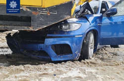 Фото: — <span>Передня частина іномарки опинилася під бампером автокрана</span>