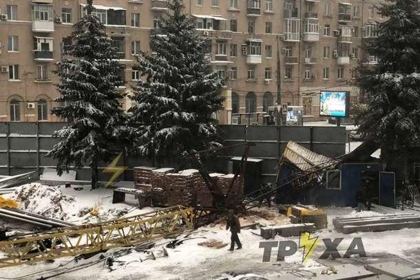 У центрі Харкова упав будівельний кран — У центрі Харкова упав будівельний кран