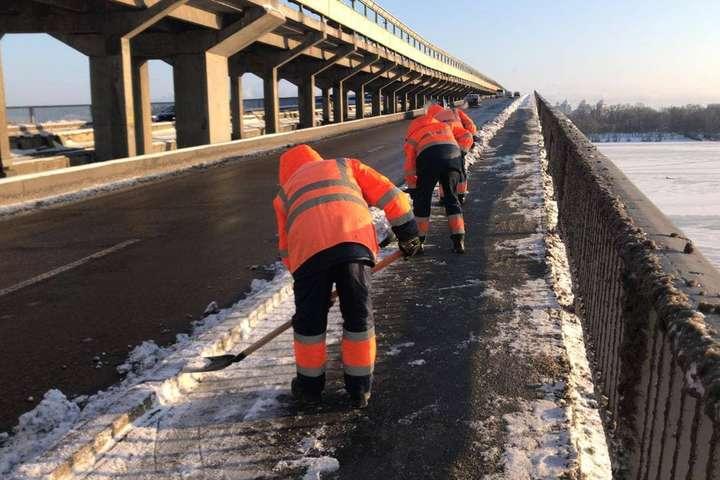 <span>На вузьких тротуарах діє ручне прибирання</span> — Комунальники третю добу розчищають Київ від снігу (фото)