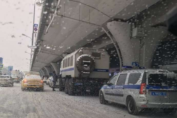 pСпецтехніка в аеропорту Внуково/p - У Росії до аеропорту, куди має прилетіти Навальний, стягнули автозаки