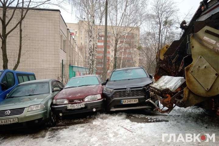 Сміттєвоз на слизькій дорозі сповз назад і пошкодив автомобілі - У центрі Києва сміттєвоз потрощив сім автомобілів (фото)
