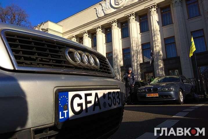 <p>У Верховній Раді хочуть зробити розмитнення євроблях «простим і дешевим»</p> — Комітет Ради рекомендує відстрочити розмитнення авто на єврономерах