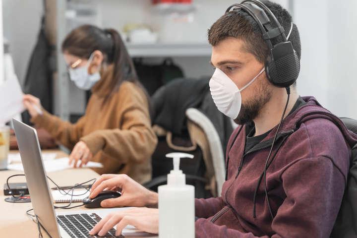 Ризик заразитися Covid-19 значно зростає в місцях скупчення великої кількості людей і поганоювентиляцією повітря — Комаровський пояснив, як працювати в офісі та не підхопити Covid-19