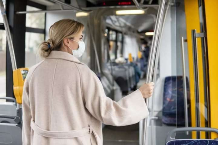 pУ громадському транспорті краще не розмовляти з пасажирами і не телефонувати/p - Французькі лікарі розповіли, як уникнути поширення Covid-19 у транспорті